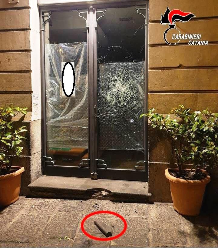 Acireale, spacca vetrina di un negozio: denunciato