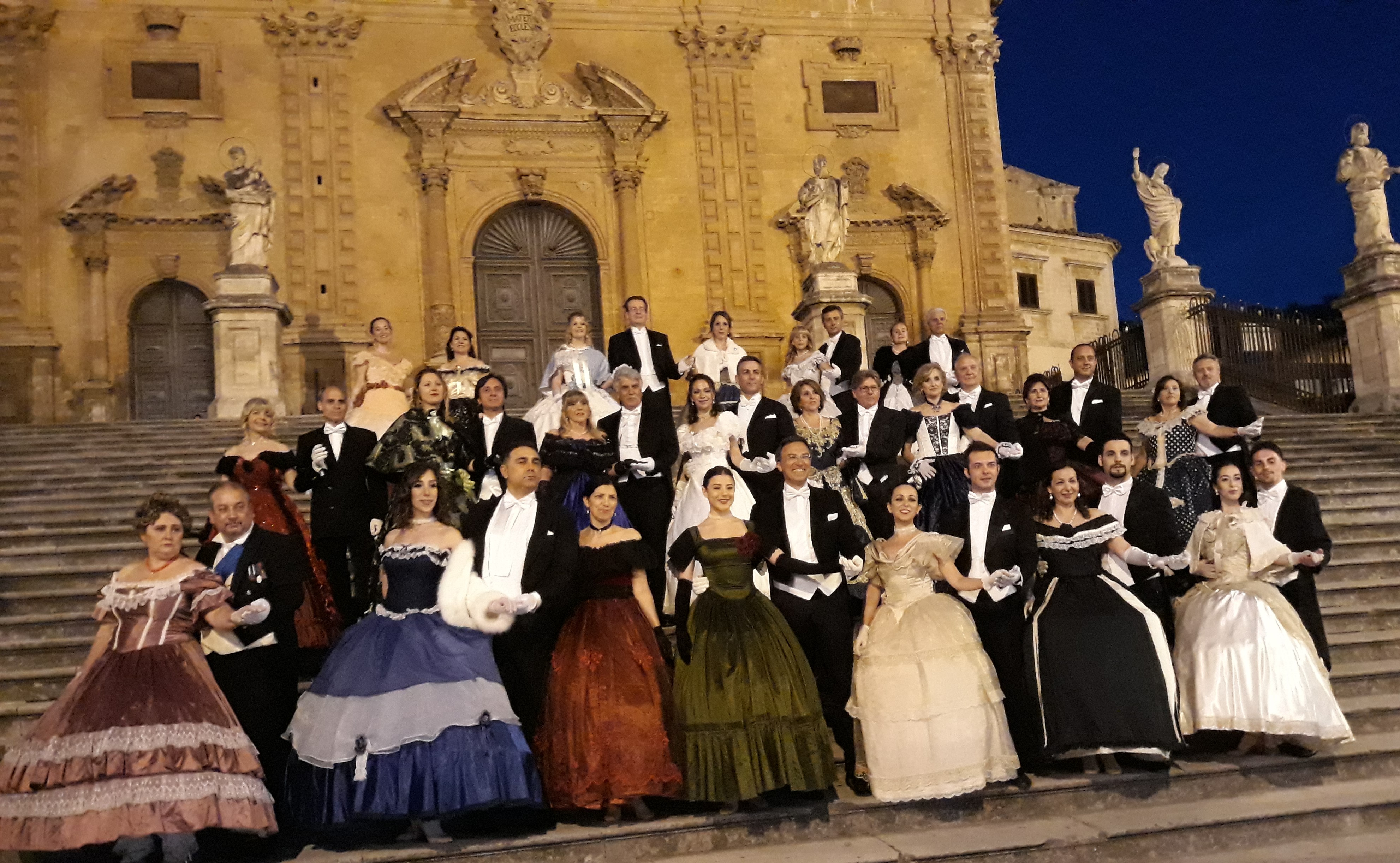 Modica, sfilata in abiti d'epoca della Compagnia nazionale di danza storica