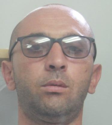 Catania, gli trovano in casa una pistola ed una barba finta: arrestato