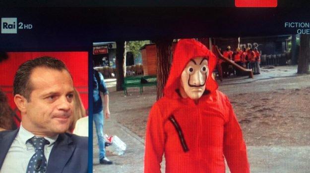 Sindaco di Messina si traveste in maschera per prendere parte a un video