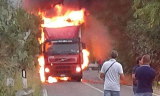 Camion dei supermercati Decò in fiamme sulla Palermo - Messina