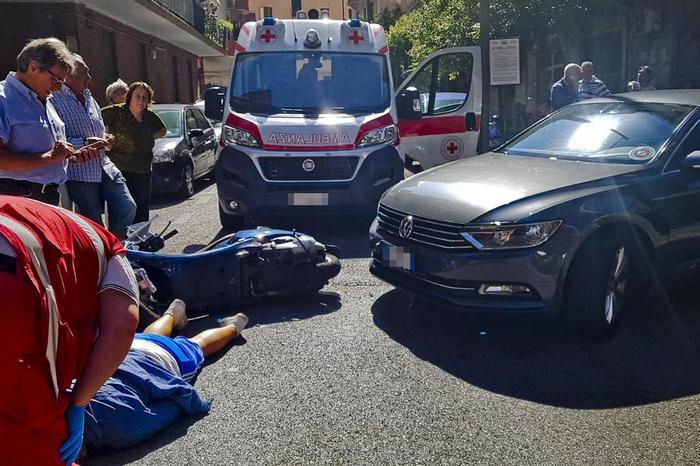 Salerno, l'auto del governatore contromano: si scontra con uno scooter