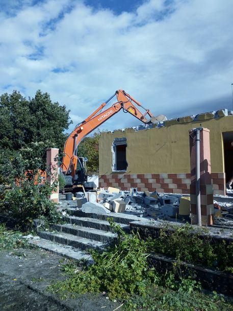 Adrano, demolizione di una villetta abusiva nel parco dell'Etna