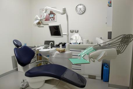 Cosenza, scoperto un dentista evasore totale: chiuso lo studio