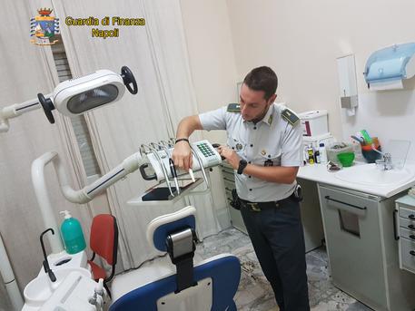 Studio dentistico avviato: ma il medico non è laureato