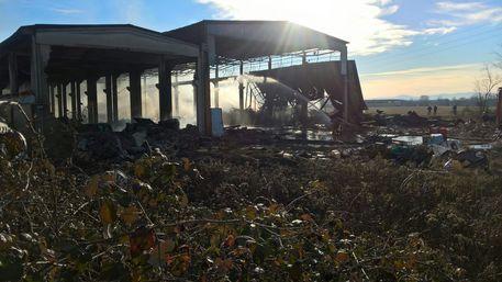 Brucia ancora il capannone nel Pavese, allarme nube tossica