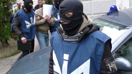 Rifiuti e mazzette: arrestate a Palermo tre persone accusate di corruzione