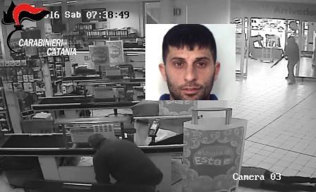 Catania, assalto armato all'Ipersimply di via Saverio: un arresto