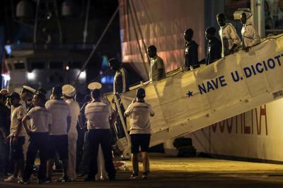 A Messina i 135 migranti sbarcati nella notte dalla Diciotti:incubo finito