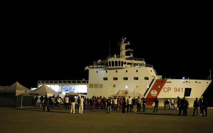 Sbarcati a Pozzallo i 68 migranti soccorsi nel Canale da nave Diciotti