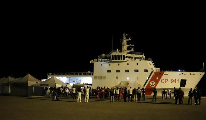 """Canti e balli dei migranti a Pozzallo arrivati con la nave """"Diciotti"""""""