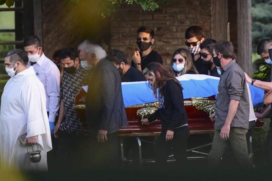Addio a Maradona, riposa accanto ai genitori: prime tensioni sull'eredità