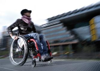 Rubano carrozzina a un giovane disabile, gara di solidarietà a Niscemi