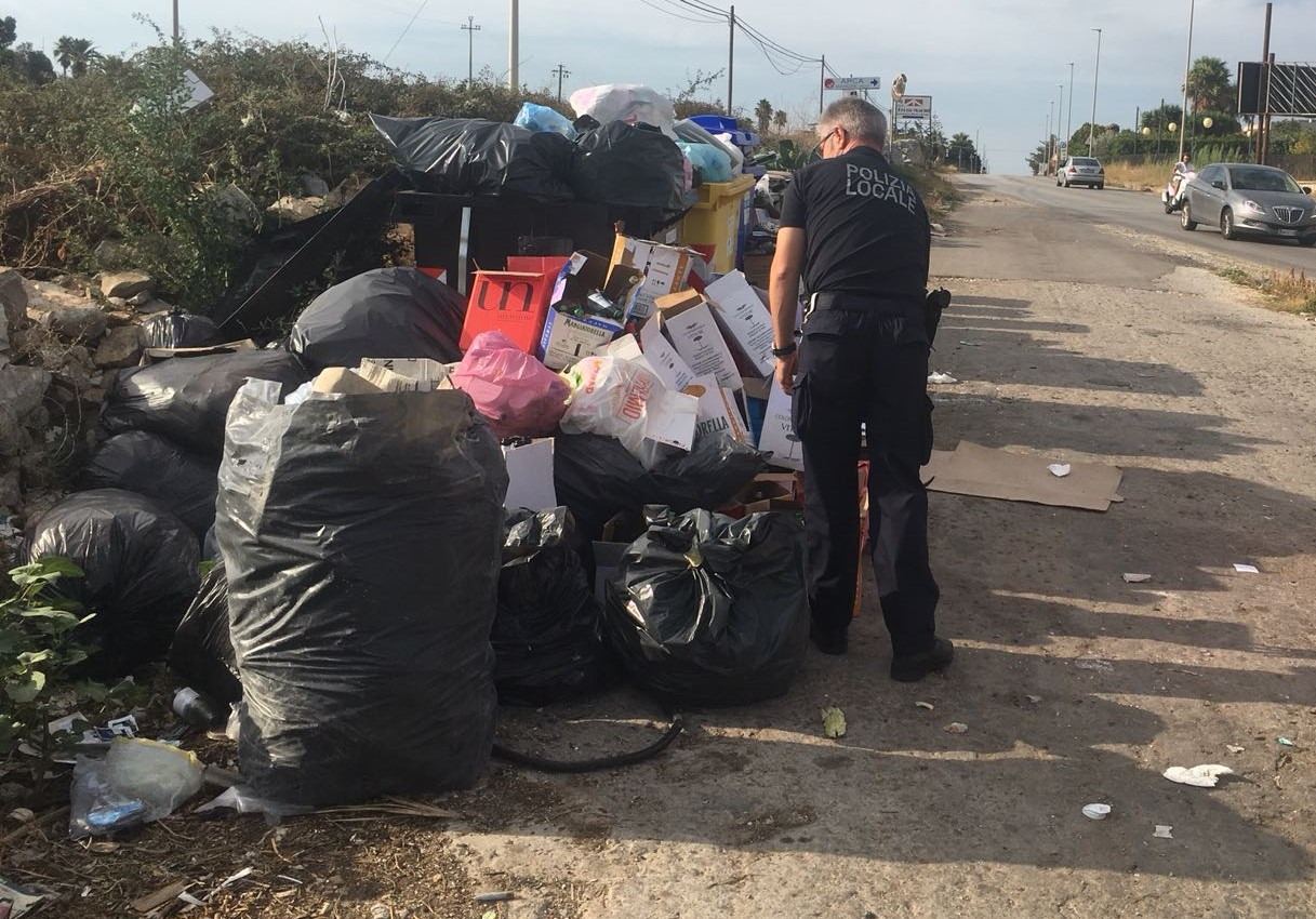 Modica, rifiuti abbandonati fuori dai contenitori:  30 sanzioni