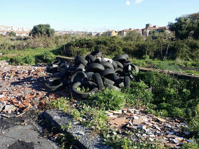 """Catania, rifiuti pericolosi davanti le scuole: """"Si metta la videosorveglianza"""""""