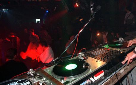 Trasforma abusivamente il lido in una discoteca, sequestro nel Catanzarese