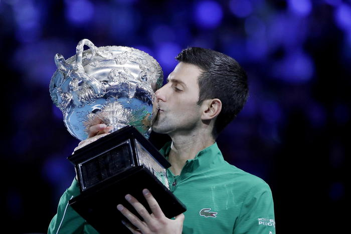 Tennis, Djokovic vince gli Open d'Australia battendo Thiem in cinque set