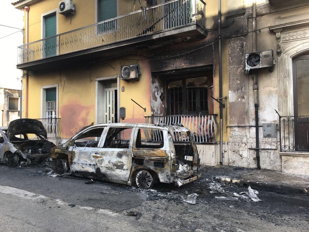 """Rosolini, """"avvertimento"""" col fuoco nella notte: bruciate due auto"""