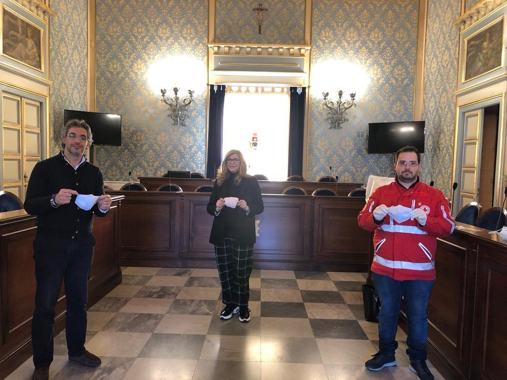 Fashion designer di Avola progetta e dona 200 mascherine ai vigili urbani, Cri e Protezione civile