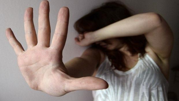 Catania, minaccia di morte la compagna e le distrugge il telefono
