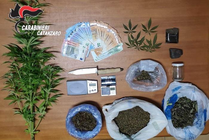 Hashish e marijuana nascosta in casa, arrestato a Catanzaro