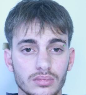 Sorpreso a nascondere droga, aggredisce gli agenti: arresto a Catania