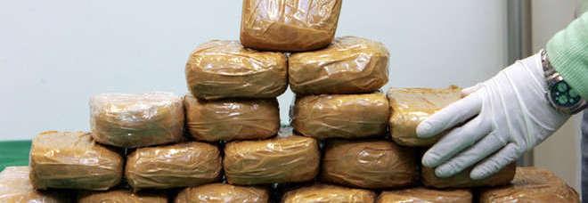 Droga: 30 chili di eroina in auto, due arresti al porto di Bari