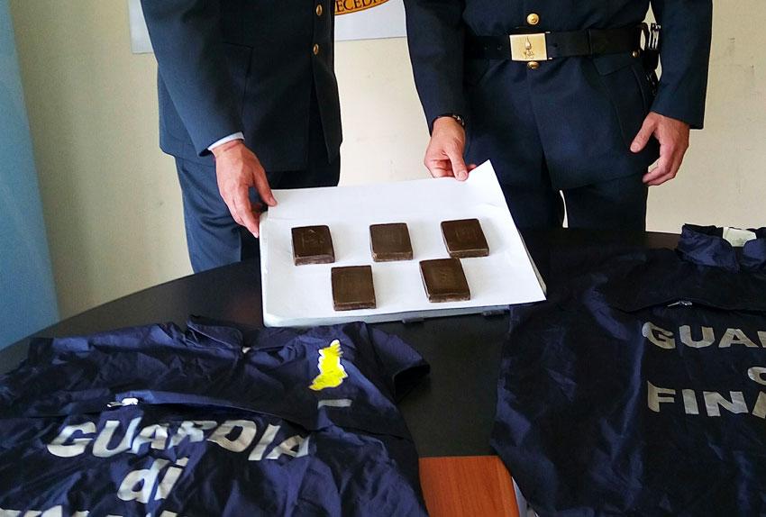 Droga: un chilo di hashish in dispensa, un arresto a Ragusa