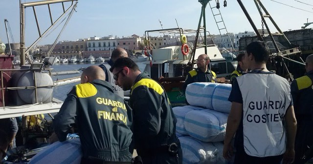 Salento, sequestrato gommone con 1.700 kg di marijuana e armi a bordo