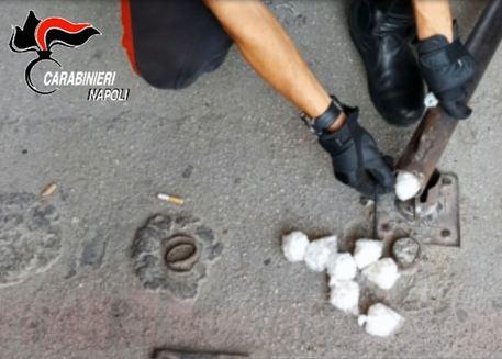 Scampia, sorpresi mentre confezionanano droga: quattro arresti