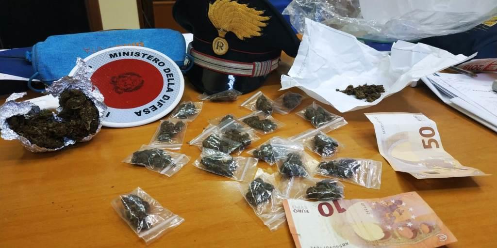 Spaccia droga vicino a una scuola, 18enne arrestato a Riposto