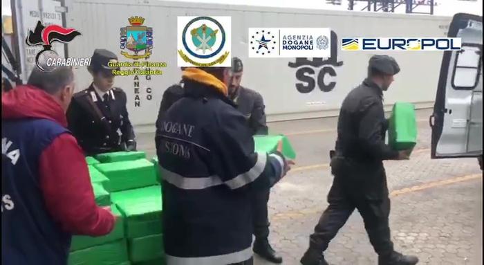 Nei container banane e più di una  tonnellata di cocaina al porto di Gioia Tauro