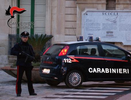 Scicli, perde il lavoro ed estorce denaro all'ex titolare: due arresti
