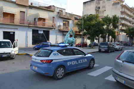 Vittoria, ubriaco urla contro la moglie e aggredisce la polizia: arrestato