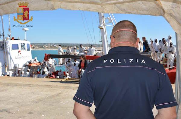 Migranti: sbarchi a Pozzallo, la polizia ferma tre presunti scafisti