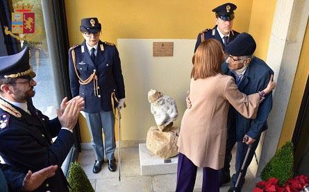 Donata scultura a Ragusa per ricordare i due agenti uccisi a Trieste