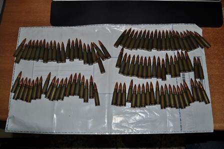 Armi, due chili di marijuana e cocaina in un tombino di Misterbianco