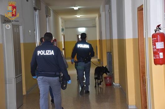 Operazione ' Alto impatto' a Ragusa, cane antidroga in una scuola: 'fumo' in bagno