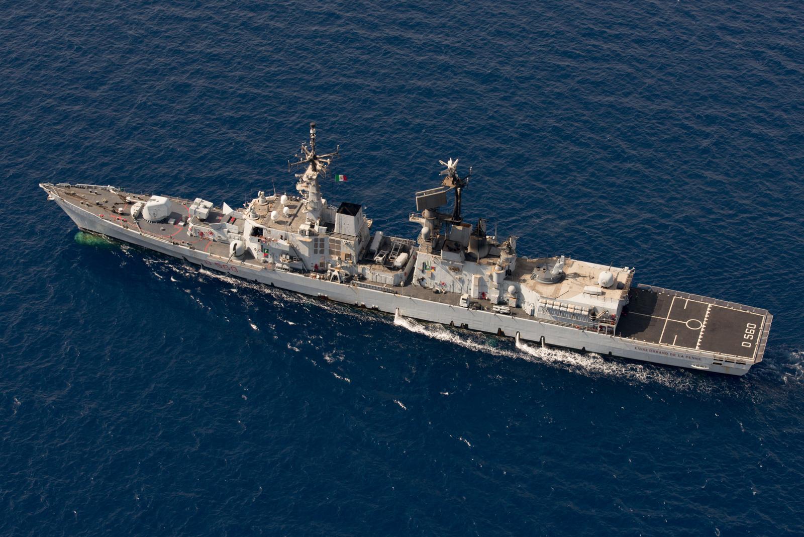 La nave della Marina Durand De la Penne in sosta ad Augusta