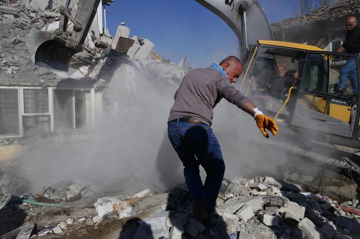 Un forte terremoto scuote l'Albania, morti e crolli a Durazzo: si temono decine di vittime