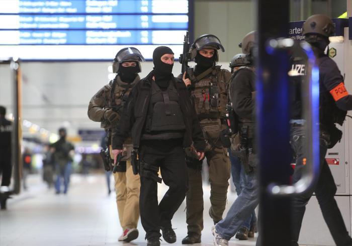 Commando in azione alla stazione di Dusseldorf con asce: cinque feriti