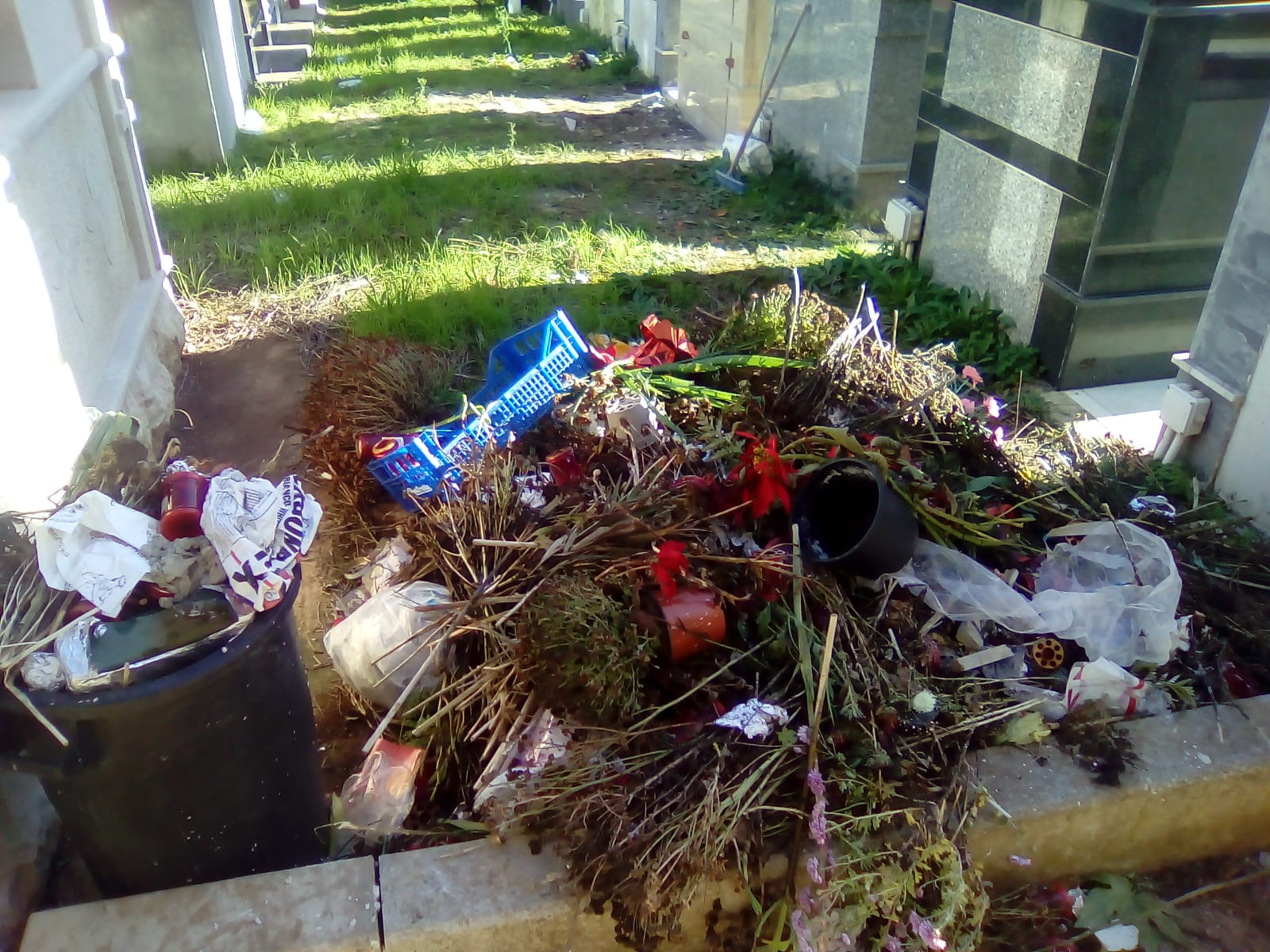 "Consigliere di Rosolini: ""Mini discariche all'interno del cimitero"""