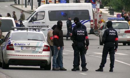 Ferisce 2 poliziotte a colpi machete urlando
