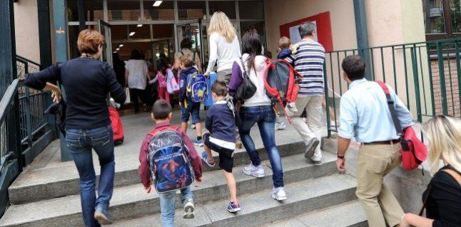 Modica, gazebo davanti agli istituti per gli studenti in attesa di entrare a scuola