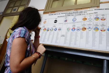 Amministrative, seggi aperti: si vota fino alle 23: un milione e mezzo di elettori in Sicilia