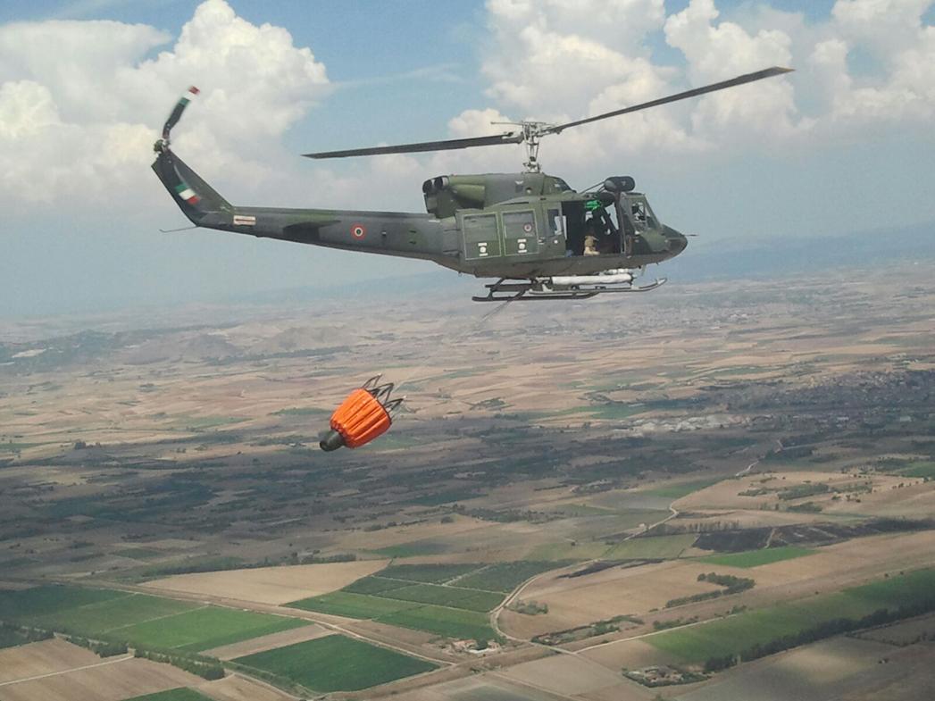 Elicottero dell'Aeronautica in azione a Custonaci per un incendio