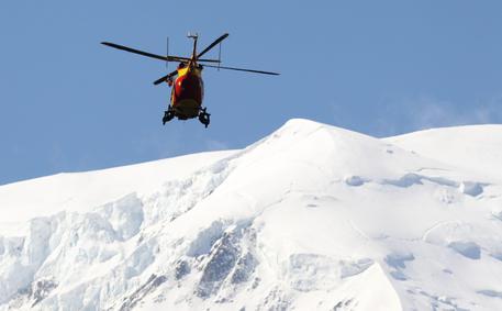 Alpinista muore dopo un volo di 400 metri dal Monte Bianco