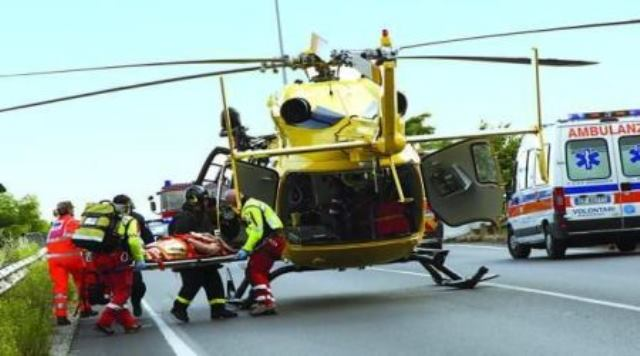 Siracusa, cade da un'impalcatura: in elisoccorso a Catania