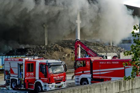 Emergenza rifiuti nel Napoletano, cumuli di spazzatura incendiati