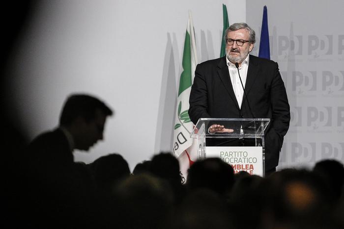 Direzione del Pd, Emiliano resta e bersaniani assenti: la sfida sarà al Congresso